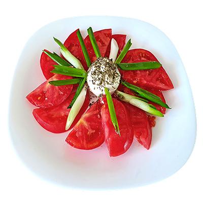 Салата с розов домат и биволско сирене